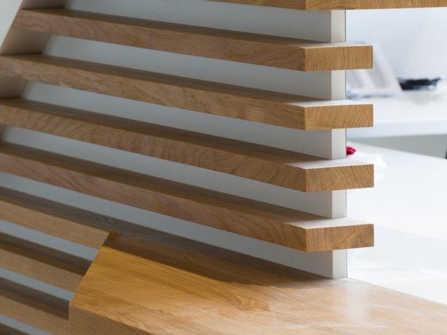 bureau accueil en lame de bois et solid surface